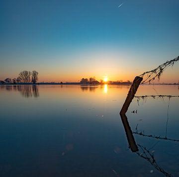 zonsopgang boven de IJssel op een koude ochtend.  von Michel Knikker