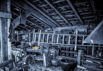 Die alte Werkstatt in schwarz-weiß. von Nico van der Hout