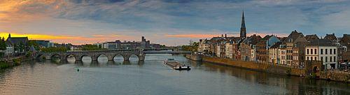 Panorama Maastricht vanaf de Maas met zicht op de Sint Servaasbrug