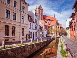Altstadt mit Fluss in Wismar an der Nordsee von Animaflora PicsStock
