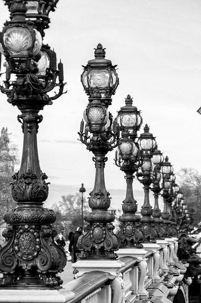 Parijse straatlantaarns Pont Alexandre III Zwart-Wit van Sandra van Kampen