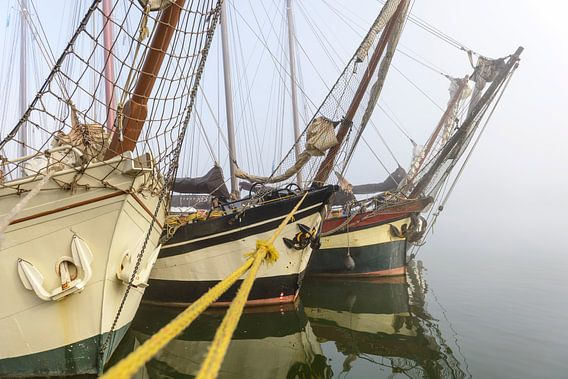 Oude zeilschepen aan de kade in Kampen in de mist van Sjoerd van der Wal