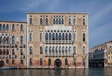 Alte Gebäude am Kanal im alten Zentrum von Venedig, Italien von Joost Adriaanse