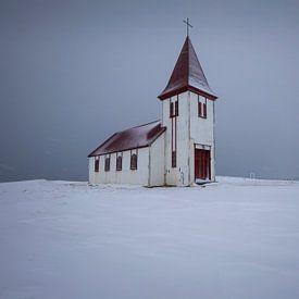IJslandse kerk in de sneeuw van Sven Broeckx