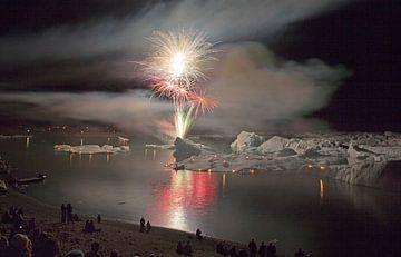 Vuurwerk op het ijsmeer Jokulsarlon  von Menno Schaefer