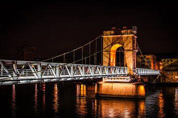 Voetgangersbrug over de Rhône in Vienne Frankrijk bij nacht van Dieter Walther