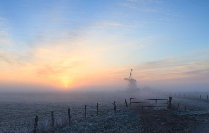 Mistige zonsopkomst bij molen Koningslaagte van Sander van der Werf