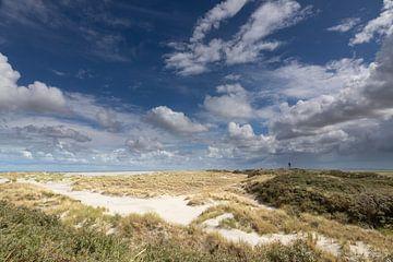 Duinen, zand, blauwe lucht en wolken op het Oerd op Ameland von Anja Brouwer