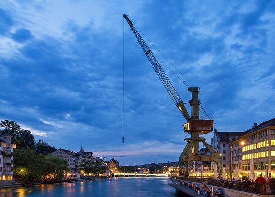 Kraan aan de Limmat in Zürich tijdens het blauwe uur