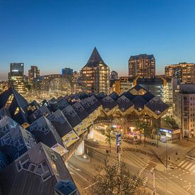 La vue de nuit des maisons cubiques et la salle de marché à Rotterdam sur MS Fotografie | Marc van der Stelt