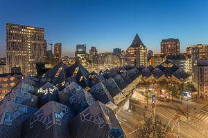 Het nachtelijke zicht op de Kubuswoningen en de Markthal in Rotterdam van
