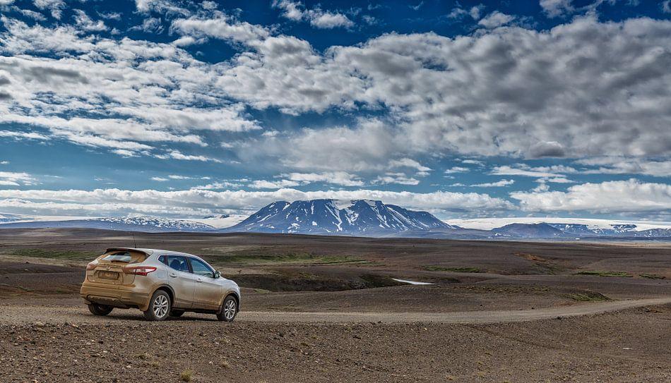 Een 4x4 in het IJslands landschap van Menno Schaefer
