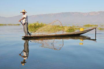Visser op Inle Meer, Myanmar van Wim Aalbers