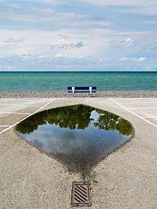 Zeezicht-bank-spiegeling van