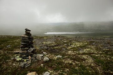 stenen gestapeld, aan de voet van de berg op een mistige morgen van Karijn Seldam