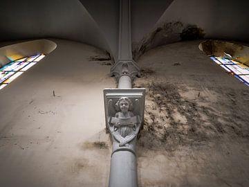 Engelsstatue in verlassener Kirche, Belgien von Art By Dominic