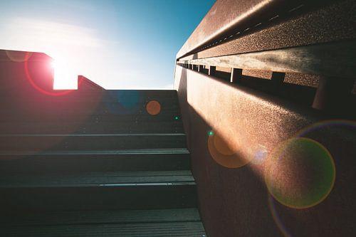 Zon en strijklicht op een trap
