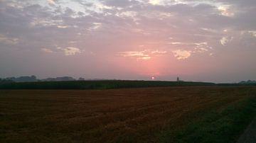 Zonsondergang vanuit het geoogste tarweveld van Deborah Blanc