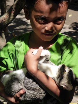 Jongen met poes op Lombok van Anita Tromp