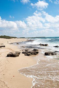 Heerlijk plaatje van een fantastisch strand in Puglia, Italie van Bianca ter Riet
