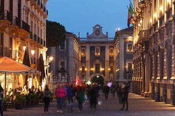 Via Etnea mit Porta Uzeda bei Abenddämmerung, Altstadt, Catania, Sizilien, Italien, Europa