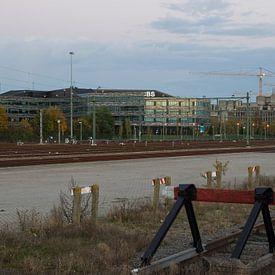 CBS gebouw gezien vanaf het spoor te Heerlen van Francois Debets