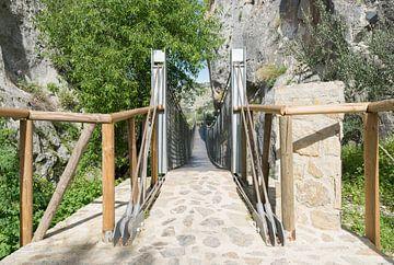 houten hangbrug in zuheros in spanje van Compuinfoto .