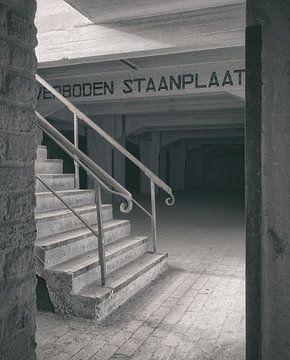Verlaten plekken: Sphinx fabriek Maastricht keldertrap detail. van Olaf Kramer