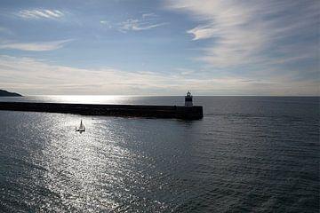 Zeezicht met zeilboot en vuurtoren van Marja Verbaan