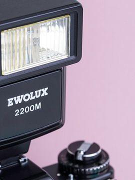 Macro close-up van flitser van vintage 'Praktica' camera op lila, pastel achtergrond. van Iris Koopmans