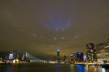 Skyline Rotterdam met lichtshow Zalmhaventoren van Ad Jekel