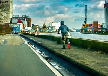 Jongen met Step langs Albertkanaal Antwerpen van Serge Meeter