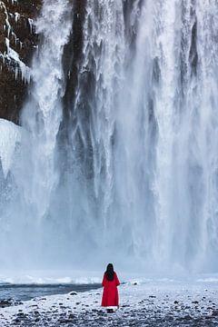 Vrouw bij de waterval van Denis Feiner