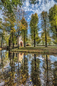 De entreepoort van Epemastate in Friesland in herfstkleuren sur Harrie Muis