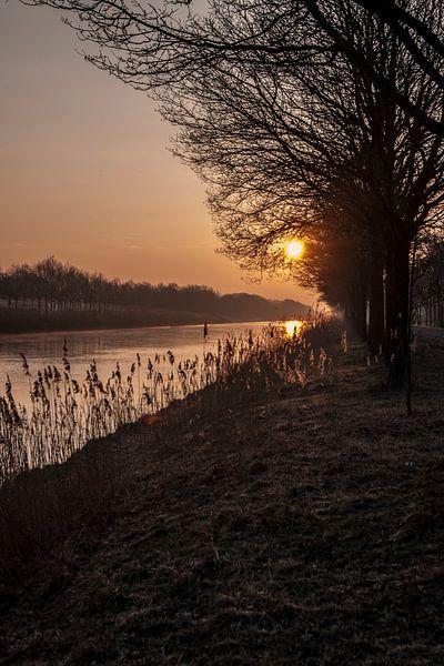 Sunrise at the canal van Ruud van Ravenswaaij