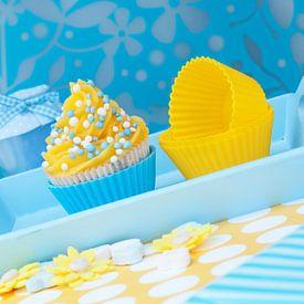 Cupcake met gele toef en blauwe muisjes van Patricia Verbruggen