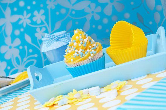 Cupcake met gele toef en blauwe muisjes