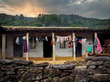 Ein Berghaus auf dem Weg zum Poon Hill im nepalesischen Himalaya von Rik Pijnenburg