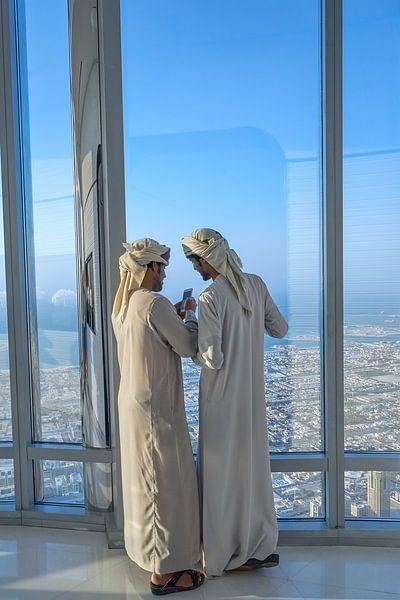 Twee Arabische mannen in de Burj Khalifa in Dubai... van Jeroen Kleiberg