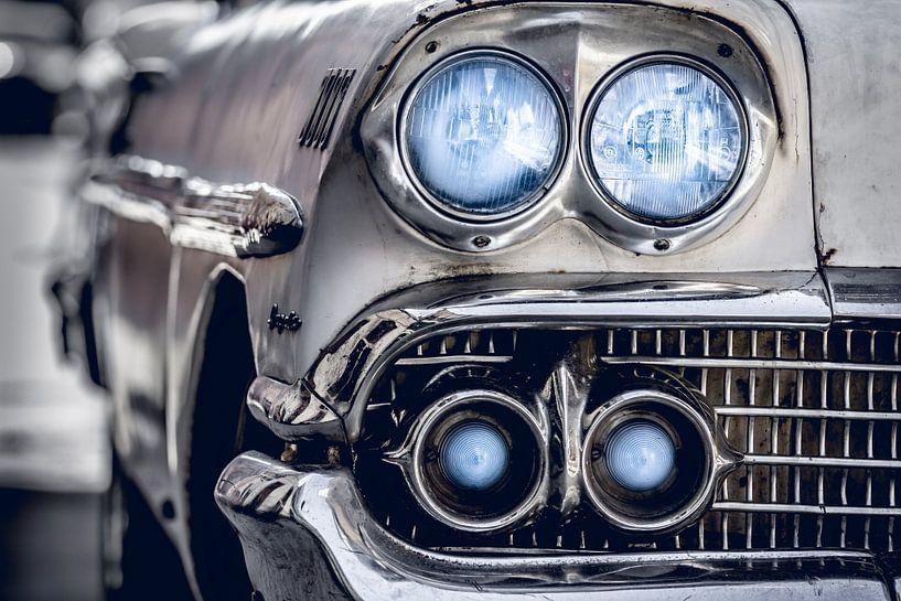 Klassieke witte Chevrolet Bel Air met blauwe koplampen en metalen grille van Jan van Dasler