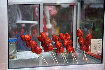 Aardbeien op sate prikkers van Astrid Tomeij