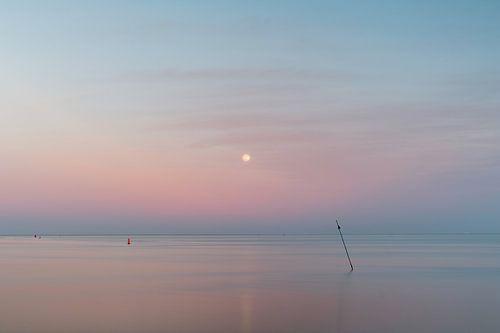 Maan boven de zee van