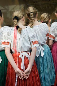 Meisjes met staartjes in volksdans kleding van Herman van Ommen