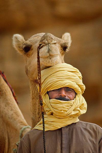 Désert du Sahara. Homme touareg avec un chameau. Portrait. sur Frans Lemmens