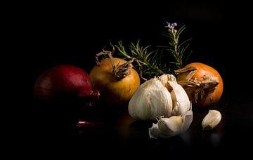 stilleven van uit knoflook en rozemarijn