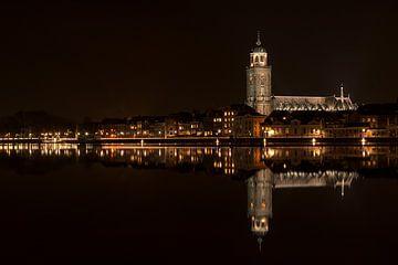 Deventer aan de IJssel bij nacht reflectie van Roy Kerkdijk