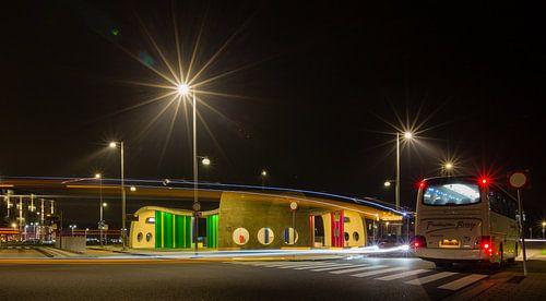 Transferium Hoogkerk met lichtspoor van een bus van