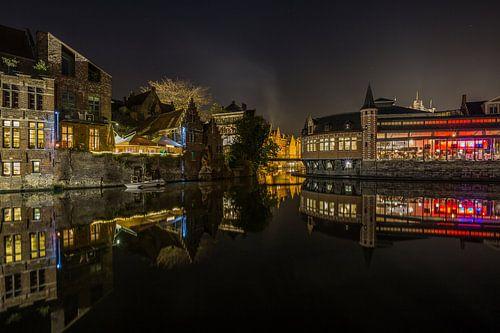 Reflectie van de Oude Vismijn in de Leie in Gent van