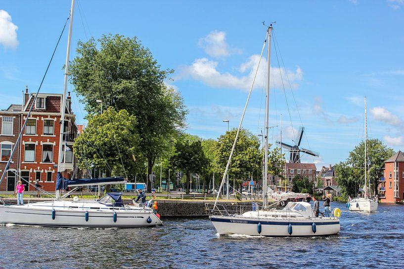 Zeilboot in hollands landschap  van Erik Koks