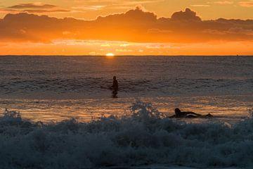 Surfen bij zonsopkomst